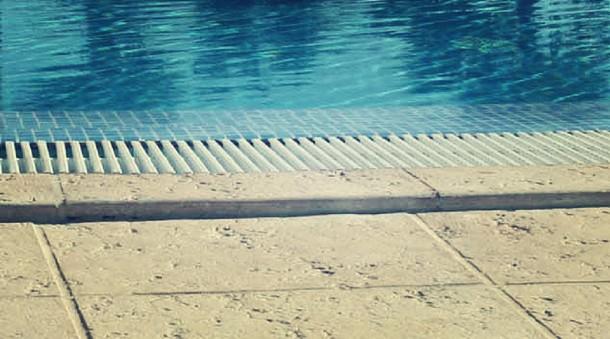 Piastrelle atermiche e antiscivolo per il solarium della for Piastrelle per interno piscina