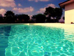un telo piscina di color sabbia fa una piscina effetto spiaggia