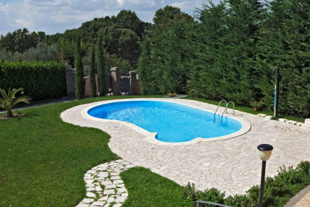 Come arredare la zona piscina quando le temperature calano for Attrezzi piscina